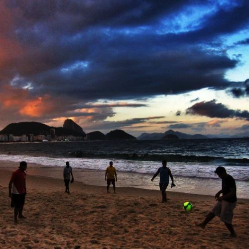 Pelada na praia de Copacabana na véspera da abertura da Copa do Mundo
