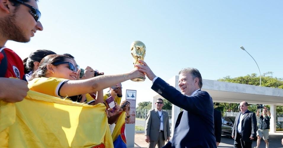 Presidente da Colômbia, Juan Manuel Santos, aproveita encontro com a presidente Dilma Rousseff para confraternizar com torcedores do país que foram a Brasília para a partida contra a Costa do Marfim
