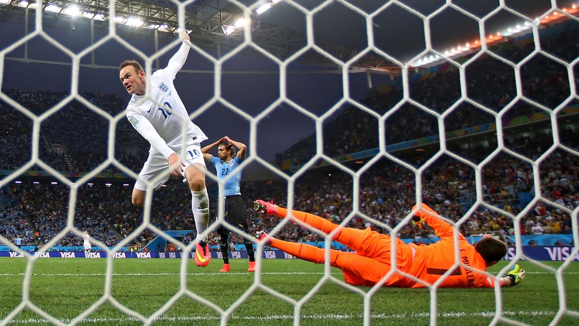 19.jun.2014 - Pressionado, Rooney marcou seu primeiro gol em Copas, mas não conseguiu impedir a derrota da Inglaterra para o Uruguai