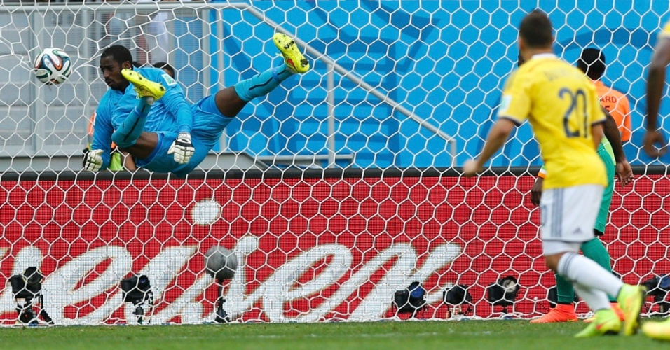 Quintero chuta para marcar segundo gol da Colômbia contra a Costa do Marfim