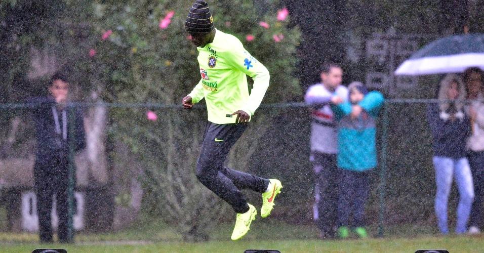 Ramires salta em treinamento da seleção brasileira na Granja Comary