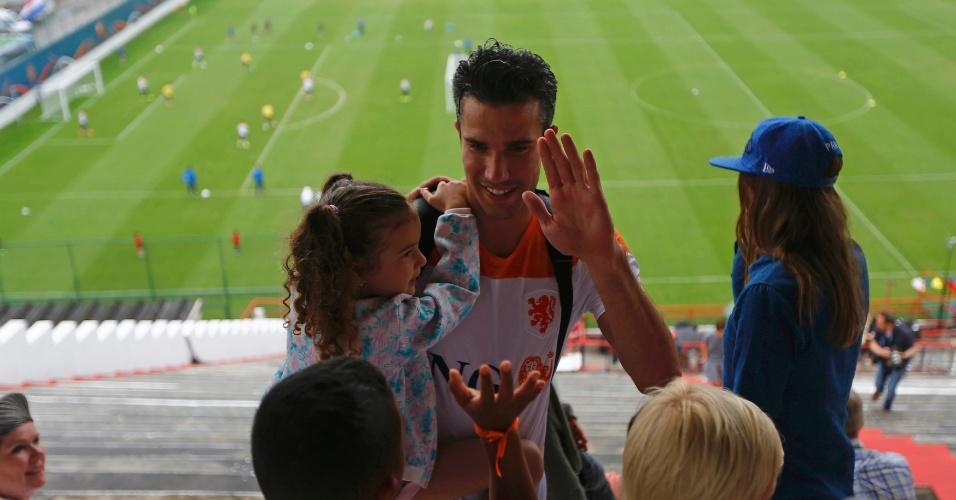 Robin Van Persie cumprimenta um garotinho nas arquibancadas do treino da seleção da Holanda