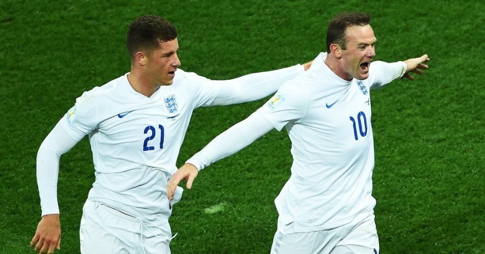19.jun.2014 - Rooney comemora com Barkley após empatar o jogo para a Inglaterra contra o Uruguai