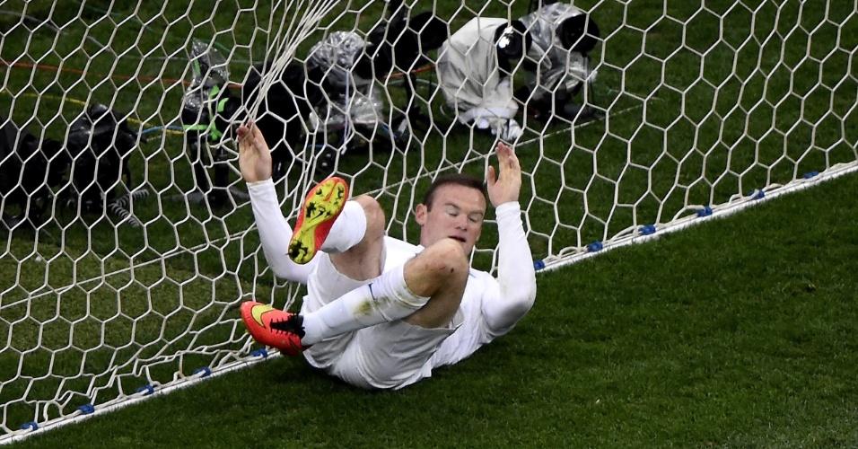 Rooney continua atrás de seu primeiro gol em Copas. O atacante inglês foi parar no fundo das redes depois de perder oportunidade