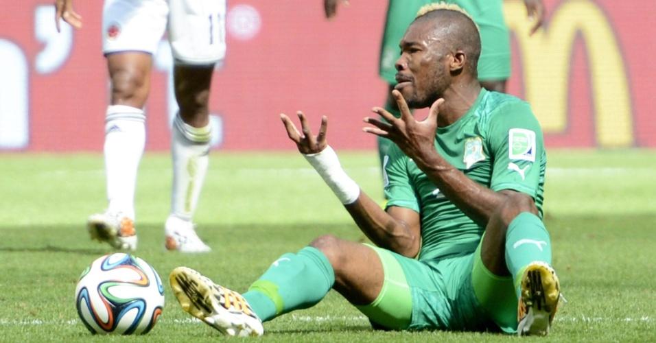Serey Die, da Costa do Marfim, reclama muito após ser derrubado em partida contra a Colômbia, pelo grupo C da Copa