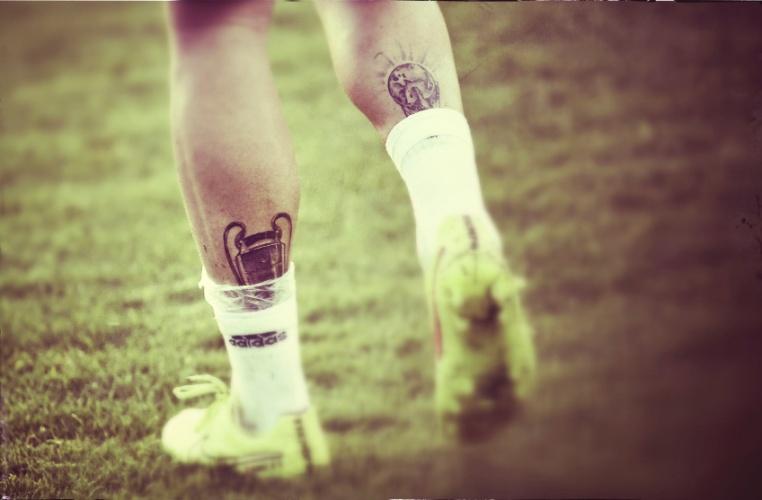 Sérgio Ramos e suas tatuagens: Liga dos Campeões na esquerda e Copa do Mundo na direita