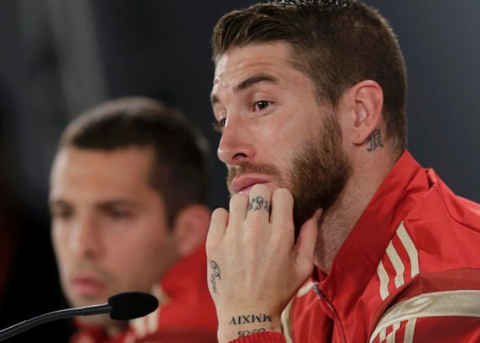 Sergio Ramos exibe suas pequenas e numerosas tatuagens nas mãos e no pescoço