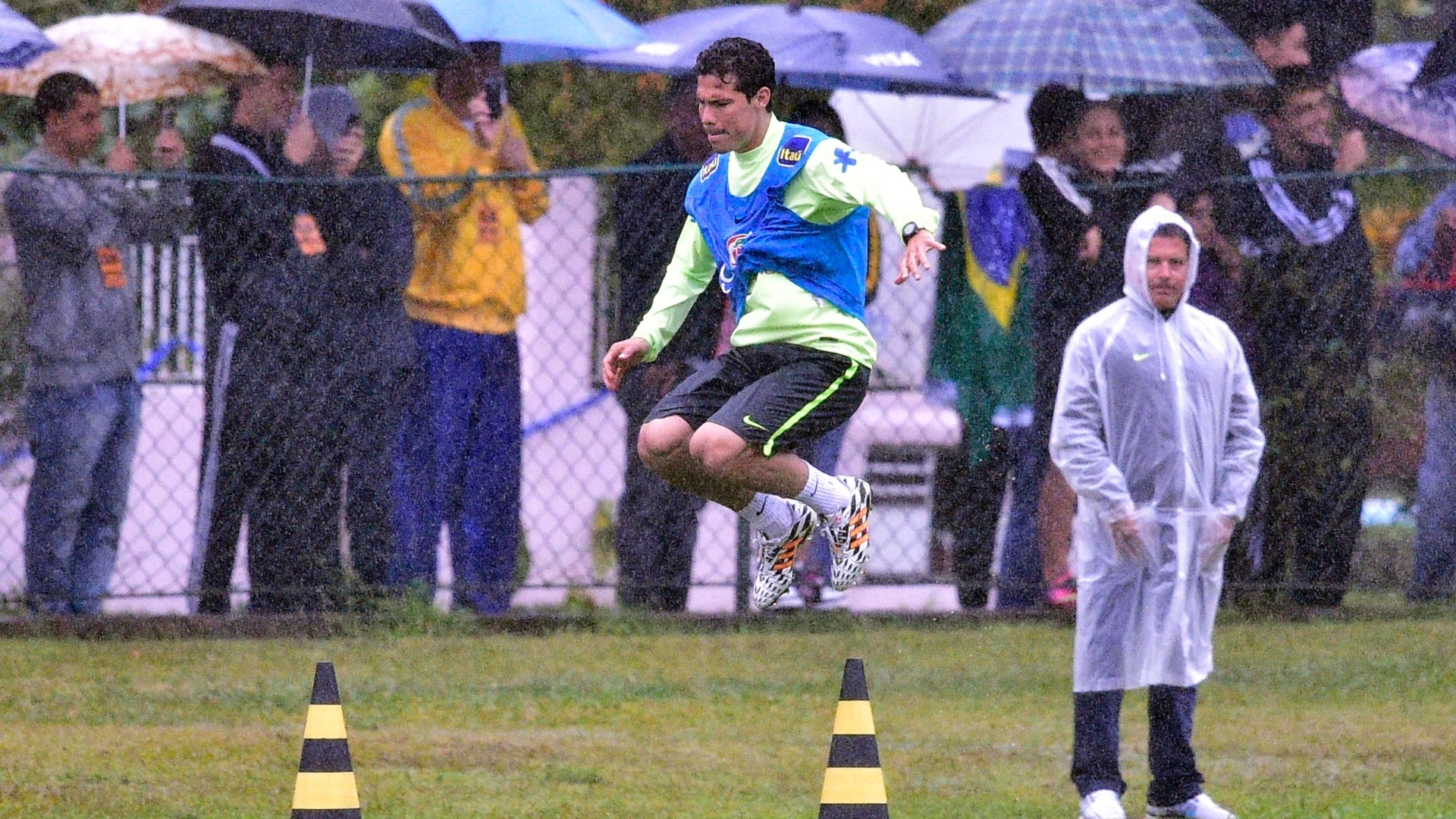 Sob garoa, Hernanes participa de treino da seleção brasileira na Granja Comary