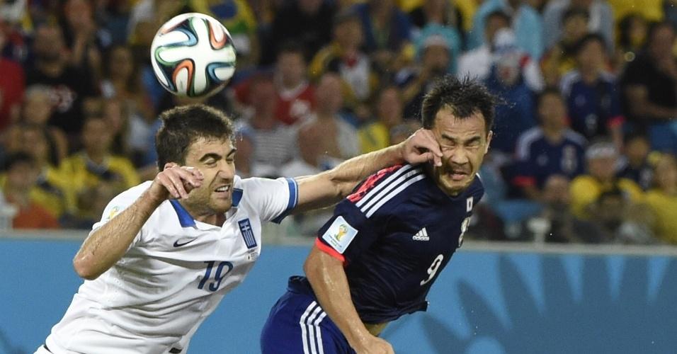 Sokratis Papastathopoulos, da Grécia, acerta a mão na cara de Shinji Okazaki, do Japão