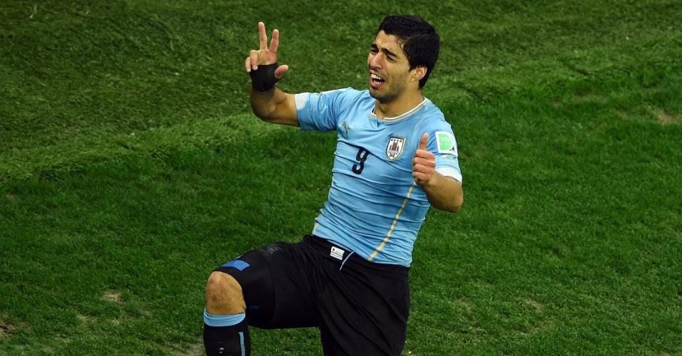19.jun.2014 - Suárez comemora após marcar seu segundo gol na vitória uruguaia contra a Inglaterra por 2 a 1