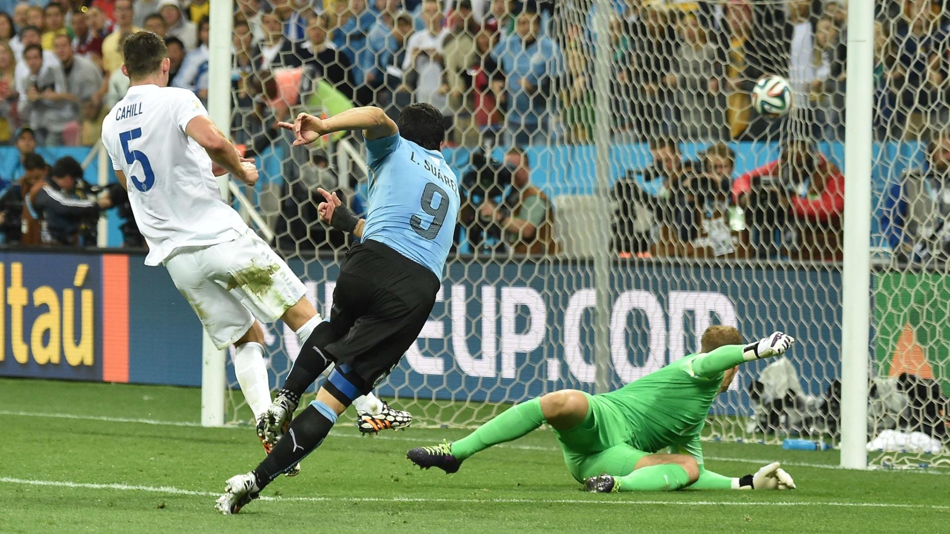 19.jun.2014 - Suárez finaliza forte de direita e observa a bola entrar no gol inglês. O Uruguai venceu por 2 a 1 com dois gols do atacante