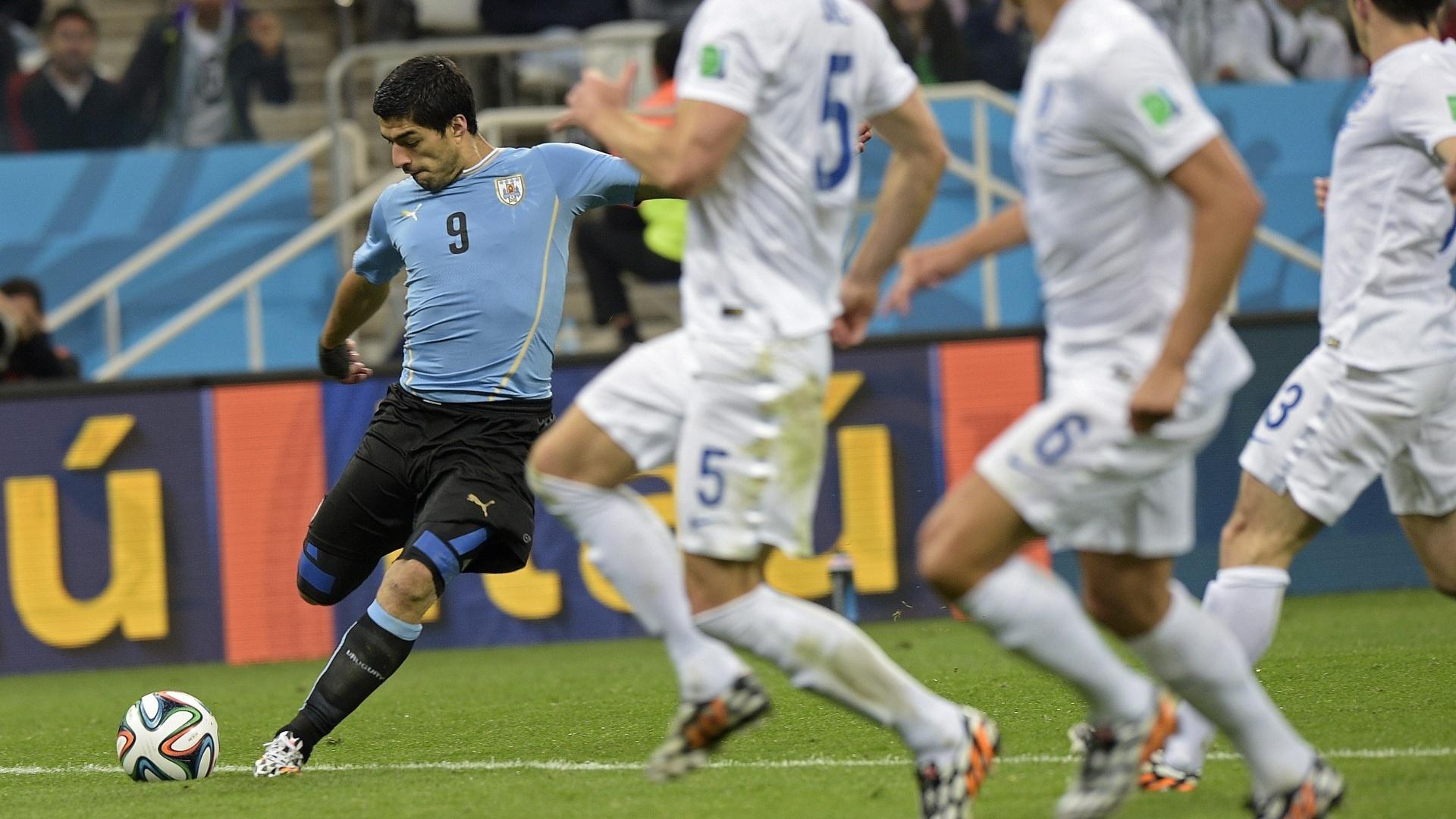 19.jun.2014 - Suárez se prepara antes de finalizar no lance que originou o gol da vitória uruguaia