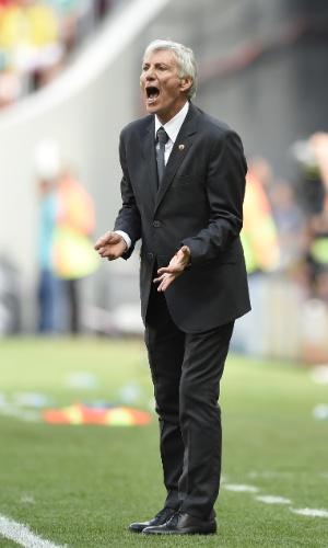 Técnico da Colômbia José Pekerman grita na beira do gramado para orientar equipe contra a Costa do Marfim
