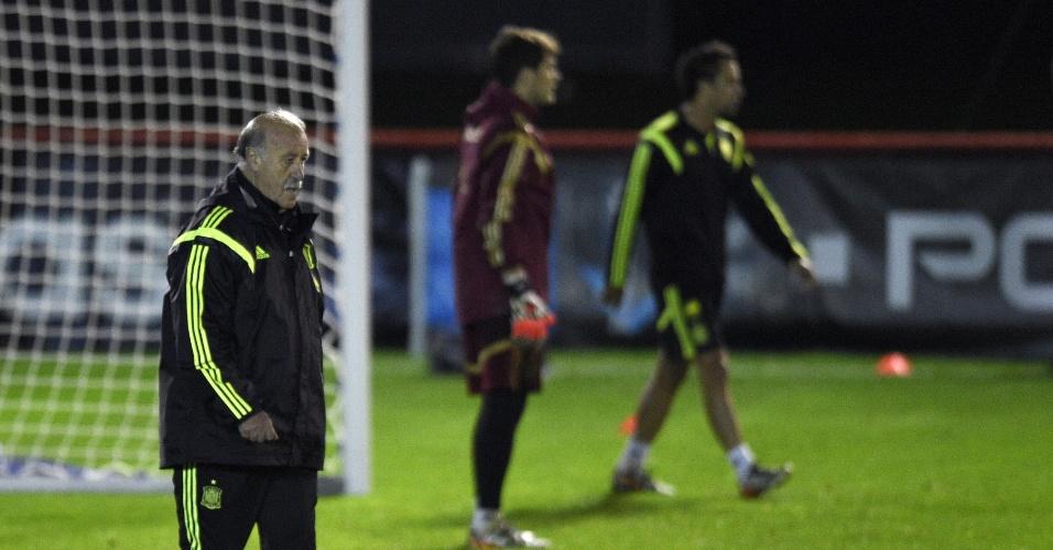 Técnico da Espanha, Vicente del Bosque, comanda treino da seleção em Curitiba. O clima era de