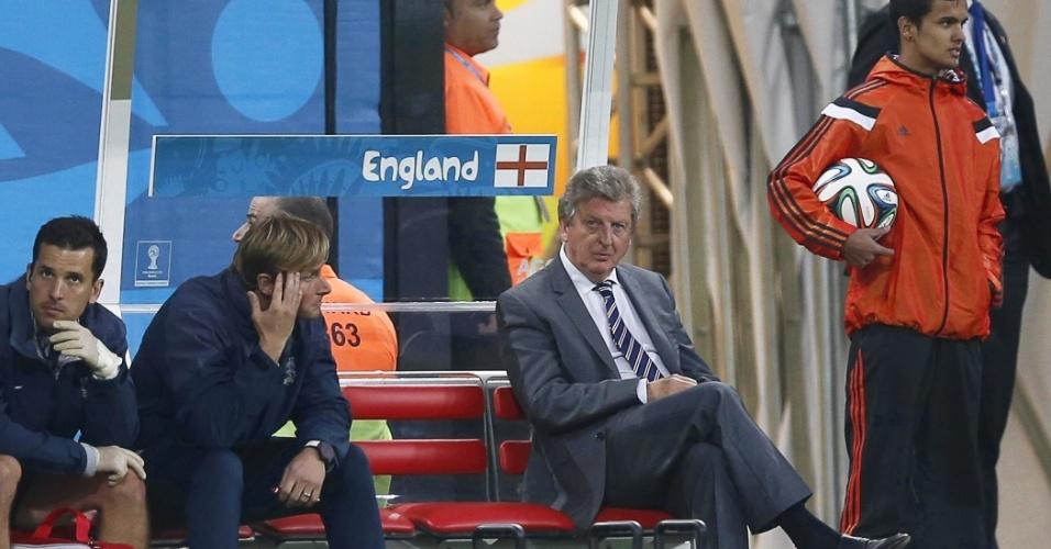 19.jun.2014 - Técnico da Inglaterra, Roy Hodgson (de terno e gravata), observa a partida contra o Uruguai no Itaquerão