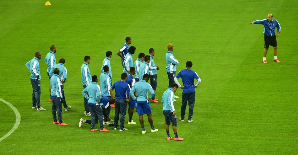 Técnico da seleção de Honduras comanda treino na Arena da Baixada, palco do jogo desta sexta-feira, contra o Equador