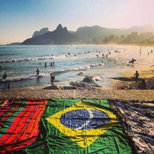 Toalha de praia com a bandeira brasileira na praia de Ipanema na semana da abertura da Copa do Mundo no Brasil