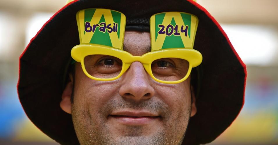 Torcedor chega fantasiado ao Mané Garrincha para a partida entre Colômbia e Costa do Marfim