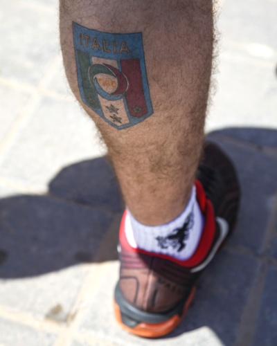 Torcedor da Itália mostra sua paixão pela seleção com tatuagem na perna