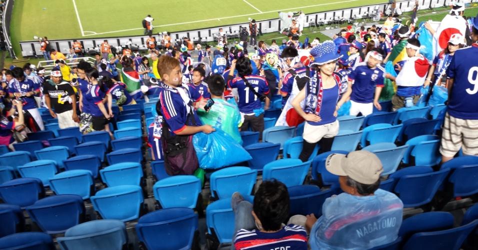 Torcedor da seleção japonesa usa saco de lixo para pegar o lixo na Arena das Dunas