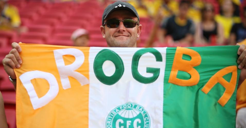 Torcedor do Coritiba manifesta seu apoio à Costa do Marfim na partida contra a Colômbia