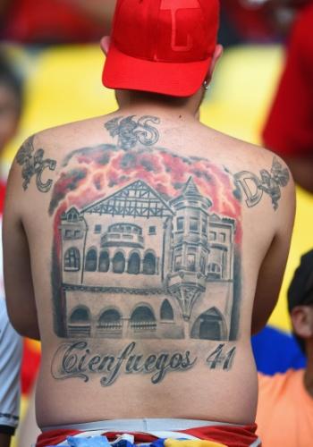 Torcedor exibe suas tatuagens antes da Espanha enfrentar o Chile