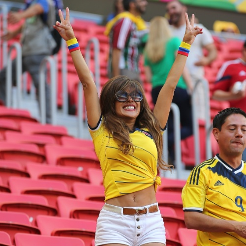 Torcedora colombiana faz festa nas arquibancadas do Mané Garrincha antes do jogo contra a Costa do Marfim