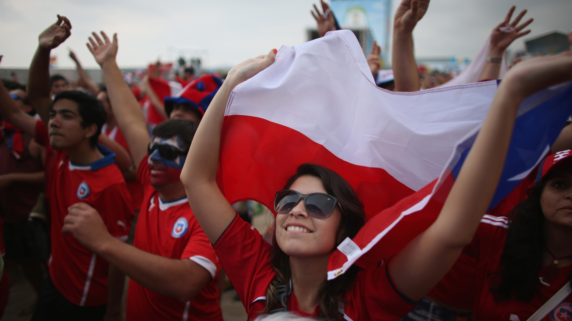 Torcedora do Chile curte a Fan Fest em Copacabana