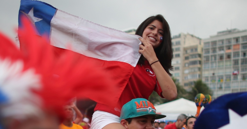 Torcedora do Chile curte a Fan Fest em Copacabana e é carregada para estender sua bandeira