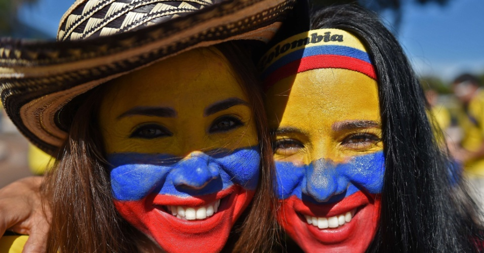 Torcedoras colombianas pintam o rosto para torcer por sua seleção contra a Costa do Marfim