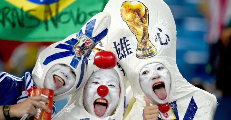Torcedoras da seleção nipônica fantasiadas de boliche fazem a festa antes do jogo entre Japão e Grécia