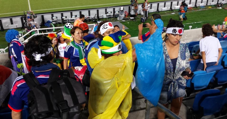 As duas mulheres à frente são brasileiras. Elas entraram no clima da torcida japonesa e botaram faixa na cabeça e saco plástico na mão