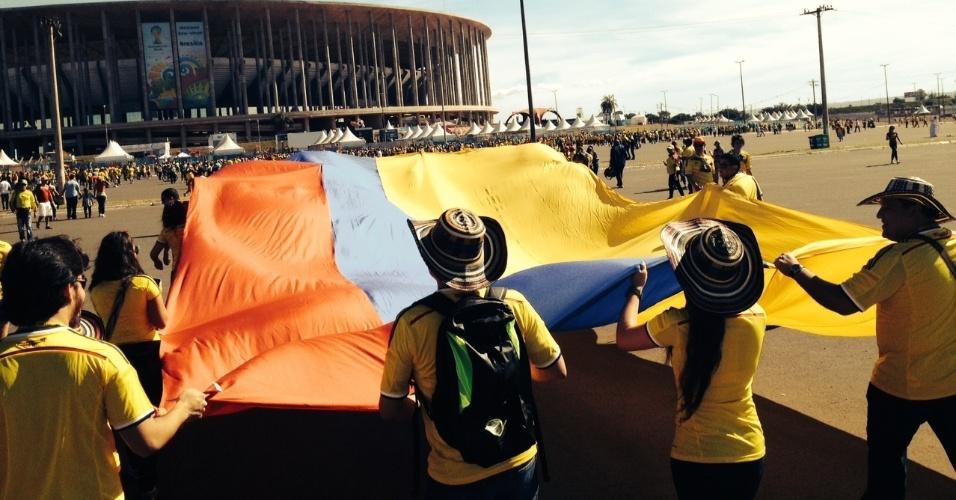 Torcedores colombianos chegam ao Mané Garrincha para a partida contra a Costa do Marfim