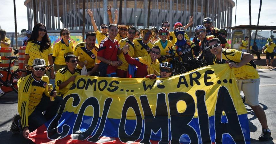 Torcedores colombianos fazem festa na chegada ao estádio Mané Garrincha para a partida contra a Costa do Marfim
