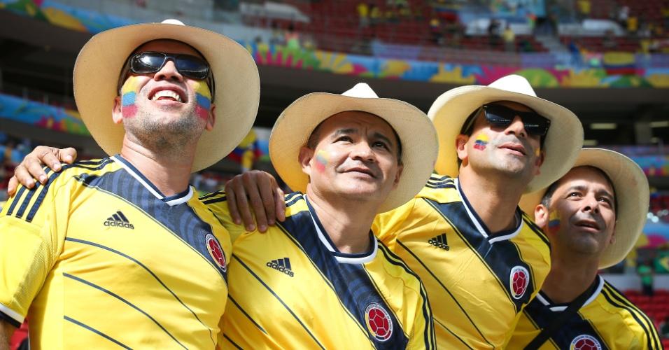 Torcedores colombianos observam o estádio Mané Garrincha em chegada para o jogo contra a Costa do Marfim