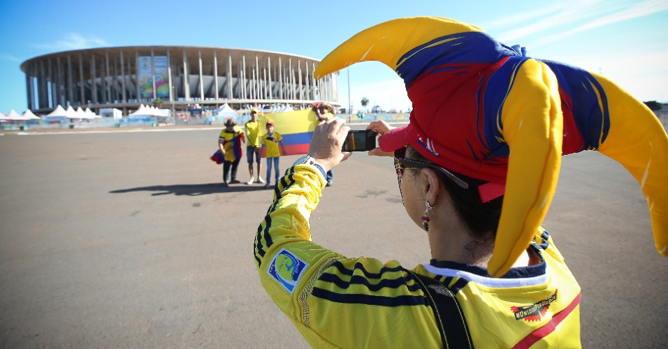 Torcedores colombianos tiram fotos em frente ao estádio Mané Garrincha horas antes da partida contra a Costa do Marfim