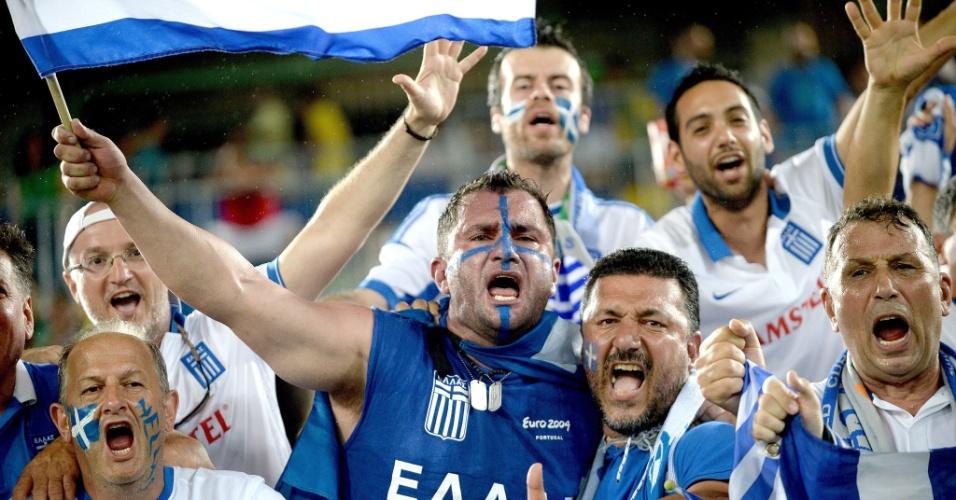 Torcedores da seleção grega fazem festa antes mesmo do jogo contra o Japão, na Arena das Dunas