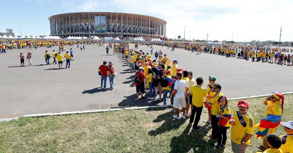 Torcedores enfrentam grandes filas para conseguir entrar no estádio Mané Garrincha, em Brasília
