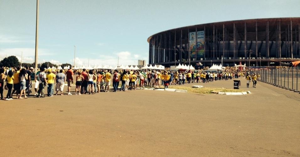 Torcedores enfrentam longas filas para entrar no Mané Garrincha para acompanhar Colômbia x Costa do Marfim