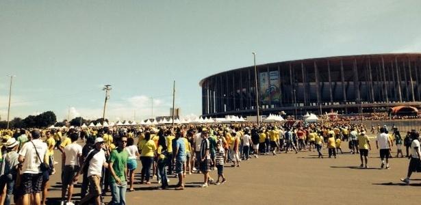 Torcedores enfrentam longas filas pela segunda vez na entrada do Mané Garrincha, em Brasília