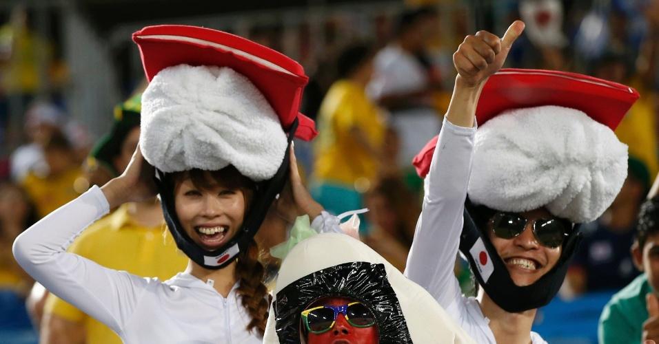 Torcedores japoneses fazem a festa antes do início do jogo na Arena das Dunas, em Natal