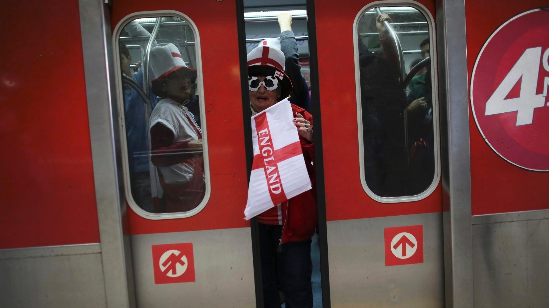 19.jun.2014 - Torcida da Inglaterra deixa vagão de trem com destino ao Itaquerão