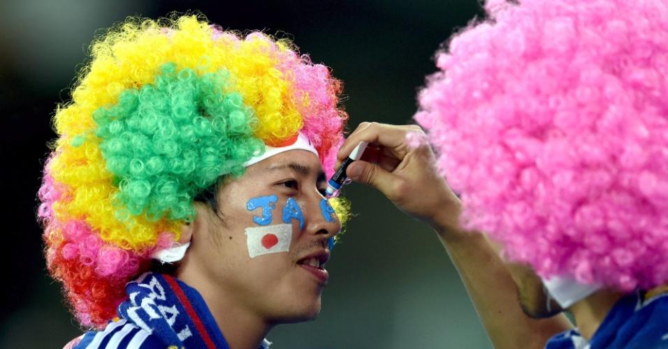 Torcida do Japão capricha no figurino para acompanhar o jogo contra a Grécia, na Arena das Dunas