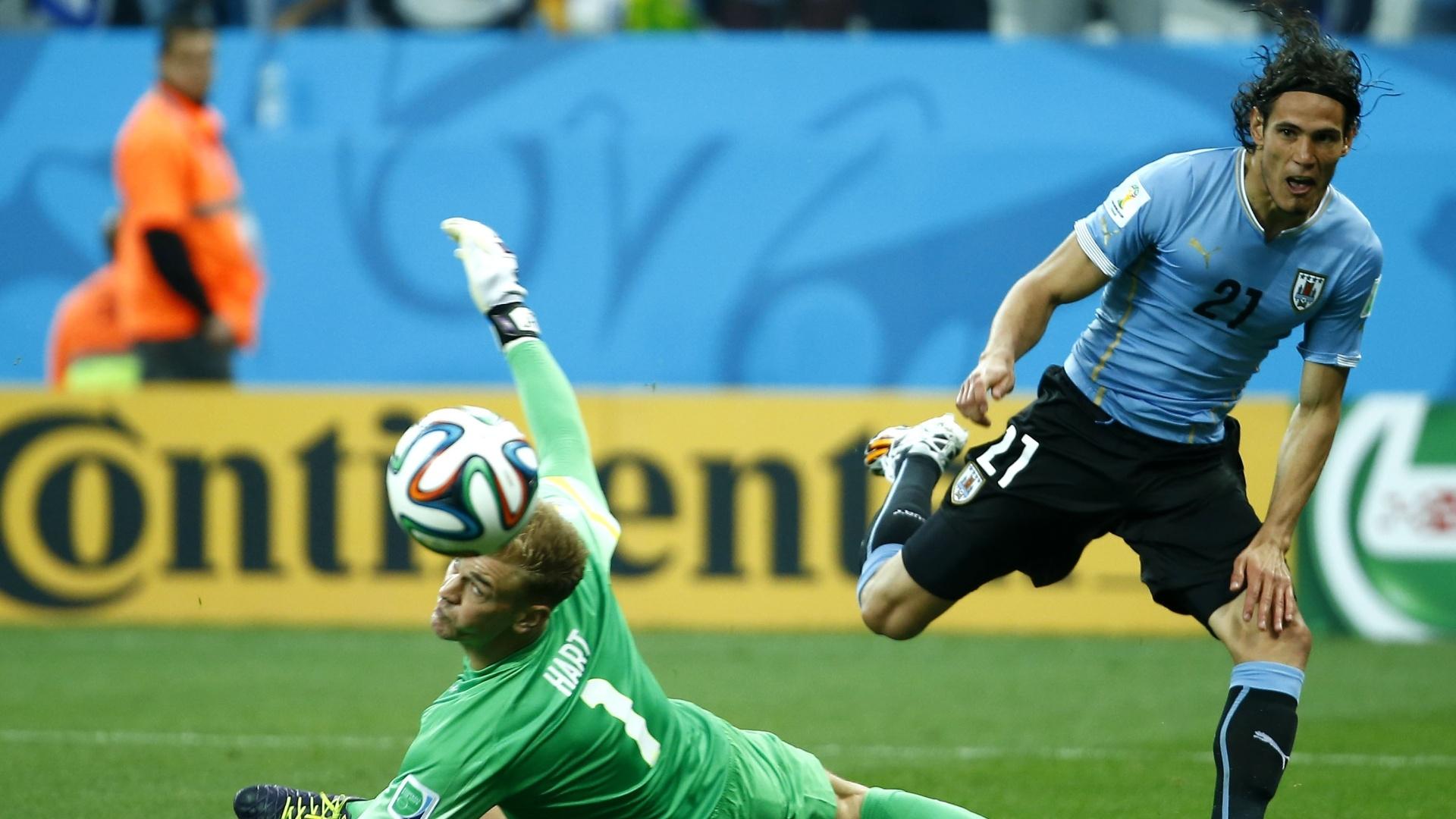 19.jun.2014 - Uruguaio Cavani tira do goleiro inglês Hart, mas a finalização vai para fora no Itaquerão