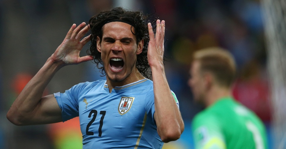 Uruguaio Edinson Cavani se desespera após lance desperdiçado contra a Inglaterra, no Itaquerão