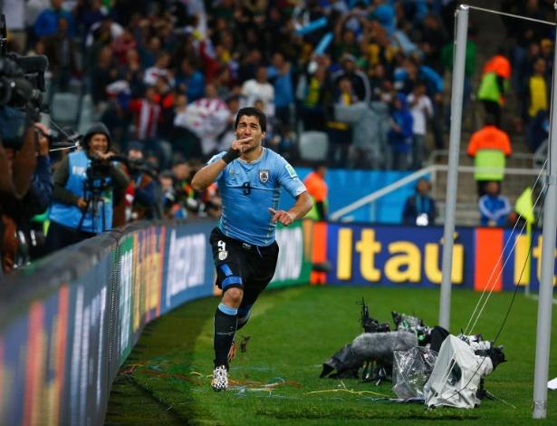 Representantes de Suárez estudam abater a pena de quatro meses afastados do futebol