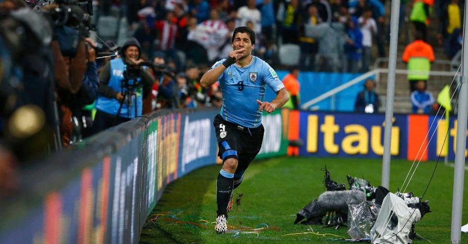 19.jun.2014 - Uruguaio Suárez comemora após marcar o gol da vitória contra a Inglaterra, no Itaquerão
