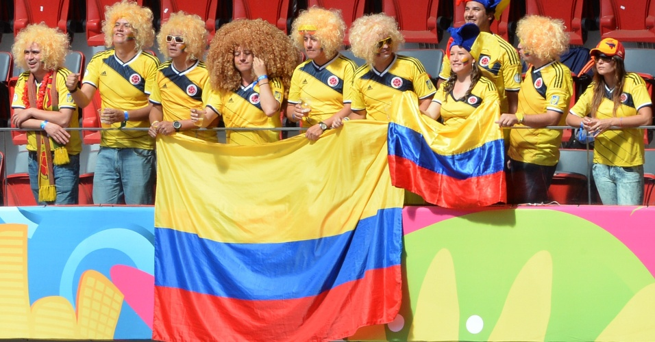 'Valderramas' fazem festa nas arquibancadas do Mané Garrincha antes de jogo contra a Costa do Marfim