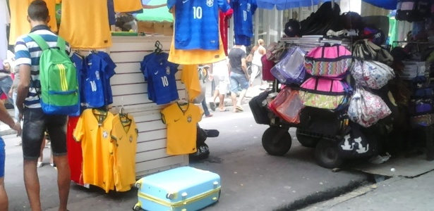 Vendedores ambulantes de Recife vendem camisas da seleção brasileira, inclusive com o símbolo dos patrocinadores