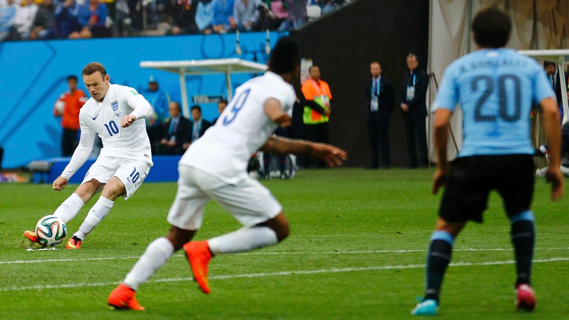 19.jun.2014 - Wayne Rooney cobra falta e quase abre o placar para a Inglaterra contra o Uruguai